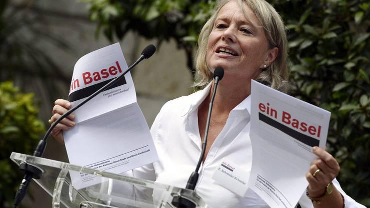 Nationalrätin Elisabeth Schneider-Schneiter präsentiert die Unterschriftsbögen