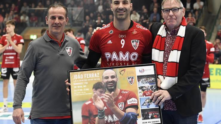 HSC-Präsident René Zehnder (r.) und -Sportchef Michael Conde (l.) posieren vor Spielbeginn mit João Ferraz.