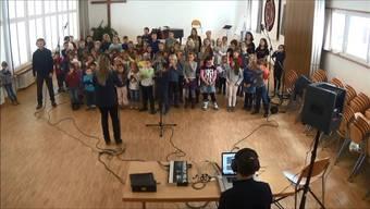 Mit 75 Jungen und Mädchen hat Christian Schenker zwei neue Songs eingespielt.