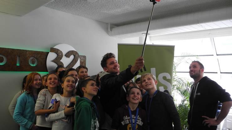 Lächeln bitte! Bastian Baker und die Schüler posieren für ein Selfie.