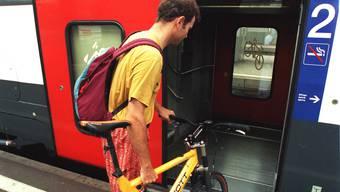 Wird immer beliebter: Das Velofahren mit dem Zug (Archivbild).
