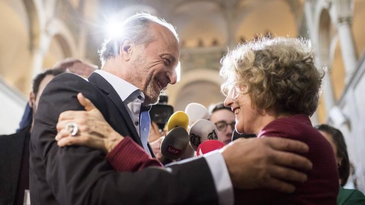 Corine Mauch, rechts, freut sich mit Filippo Leutenegger (FDP) über ihr Resultat.