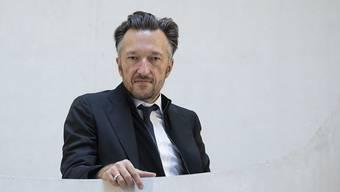 """Lukas Bärfuss bei der Verleihung Büchner-Preises 2019 in Darmstadt. Am Donnerstag wird am Theater Basel seine Dramatisierung von Stendhals Roman """"Rot und Schwarz"""" uraufgeführt."""