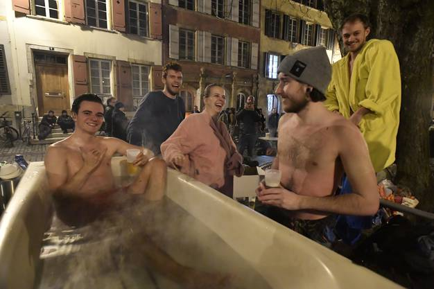 Impressionen des First Friday in der Bieler Altstadt am 2. Februar 2018 Wie wär's mit einem warmen Openair-Bad? Mit Holzheizung?