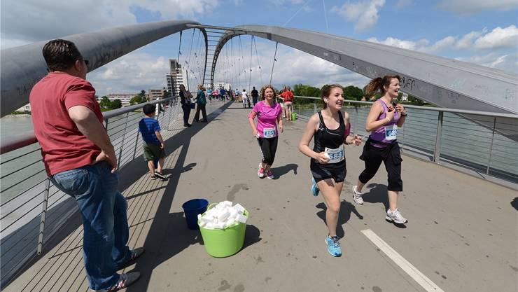 Auf der Dreiländerbrücke ist diesen Läuferinnen des Halbmarathons noch zum Lachen zumute.