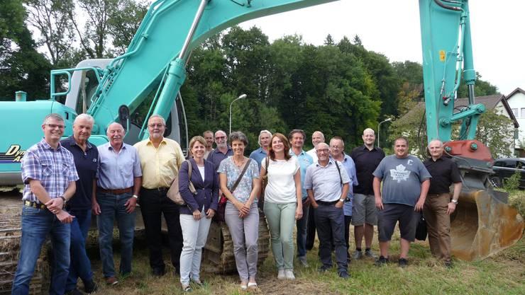 Daniel von Burg (links), Präsident der Wohnbaugenossenschaft, freut sich am Spatenstich mit den Genossenschafterinnen, Genossenschaftern und involvierten Personen.