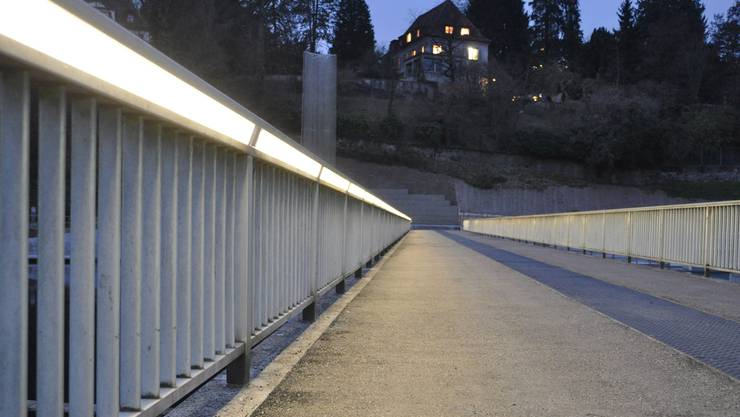 Der Übergang des Stauwehrs Aue wird seit einigen Tagen dynamisch LED-beleuchtet. zvg