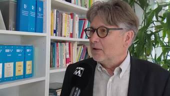 Sollen Behörden Arbeitgeber über Strafverfahren gegen ihre Angestellten informieren? Das sagt ehemalige eidgenössische Datenschützer und Rechtsanwalt Hanspeter Thür zu geplanten Gesetzesänderung im Aargau.