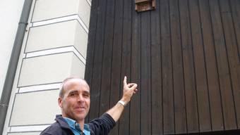 Fledermaus-Experte Andres Beck zeigt, wo sich die Tiere verstecken.