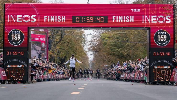 Der Marathon-Läufer in der Ziellinie.