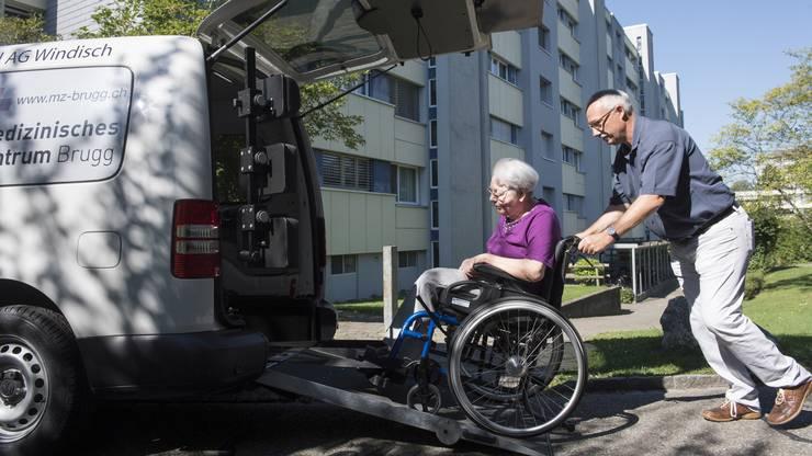 Marcel Hartmeier, Vereinspräsident, schiebt Annelise Ringseis ins Auto