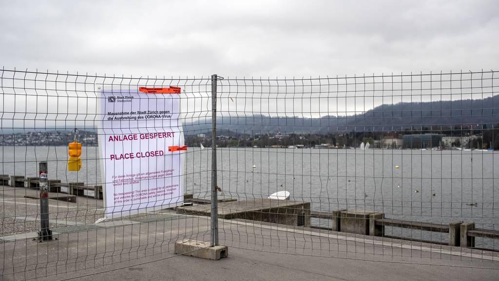 Wenn sich die Menschen nicht an die Abstandsregeln halten, könnte die Polizei noch mehr öffentliche Treffpunkte schliessen. Im Bild: Die Seepromenade in Zürich.