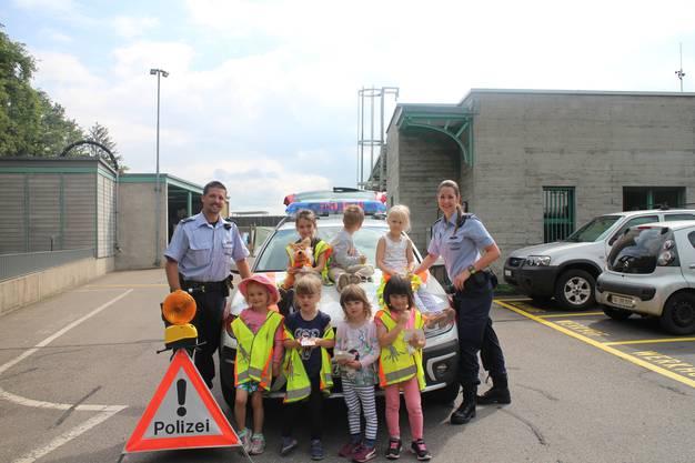Auch das Polizeiauto respektive dessen Sirene haben die Kinder getestet.
