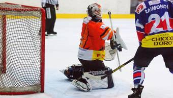 Urdorf-Goalie Urs Landis ist oft im Mittelpunkt.