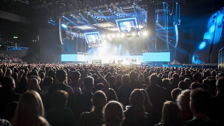 Im Zürcher Hallenstadion sind nach den Terror-Anschlägen in Paris die Sicherheitsmassnahmen überprüft worden. Bessere Kontrollen und mehr Zeit sollen die Sicherheit der Konzertbesucher verbessern.