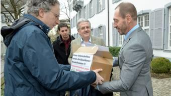 Oskar Kämpfer (2. v. r), Präsident der SVP Baselland, hat am Donnerstag zusammen mit Parteimitgliedern der Landeskanzlei 1850 Unterschriften gegen die Zusatzfinanzierung überreicht.