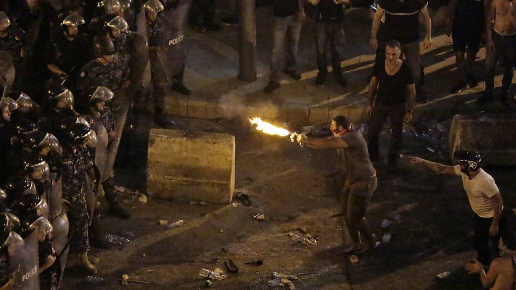 Die Anti-Regierungsdemonstration in Beirut schlägt in gewalttätige Proteste um.