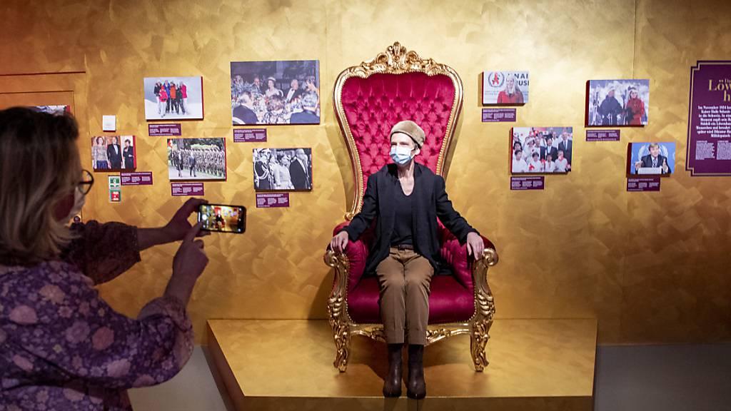 Die Ausstellungskuratorin Pia Schubiger posiert in der neusten Sonderausstellung in Schwyz.