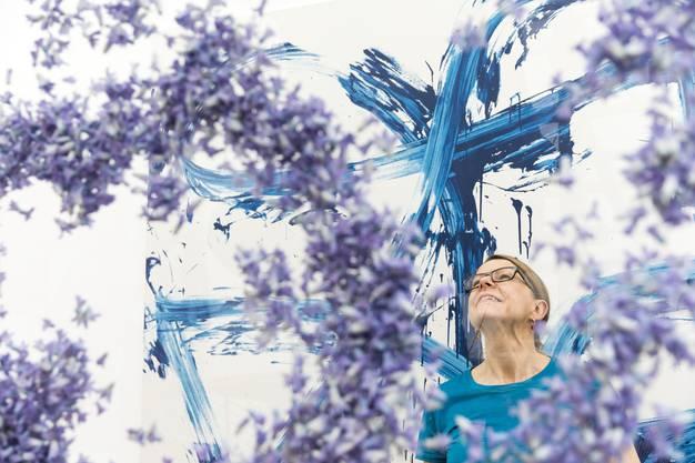 """Florale Interpretation von Susan Rüsch, Meisterfloristin, Uitikon und Sabine Rüsch, Teufen, (nicht im Bild) zum Werk von Renée Levi, Viola, 2014, in der Ausstellung """"Blumen für Kunst"""" am 5. März 2018 im Aargauer Kunsthaus in Aarau."""