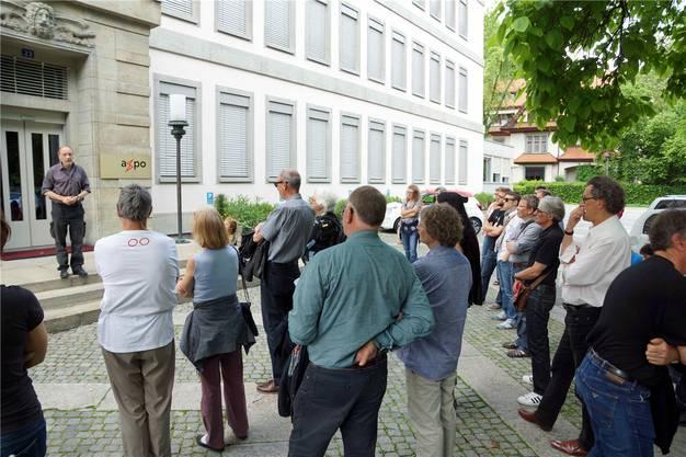 Leo Scherer erzählt beim Axpo-Gebäude, wie vor 30 Jahren die Farbbeutel an die Fassade geworfen wurden.