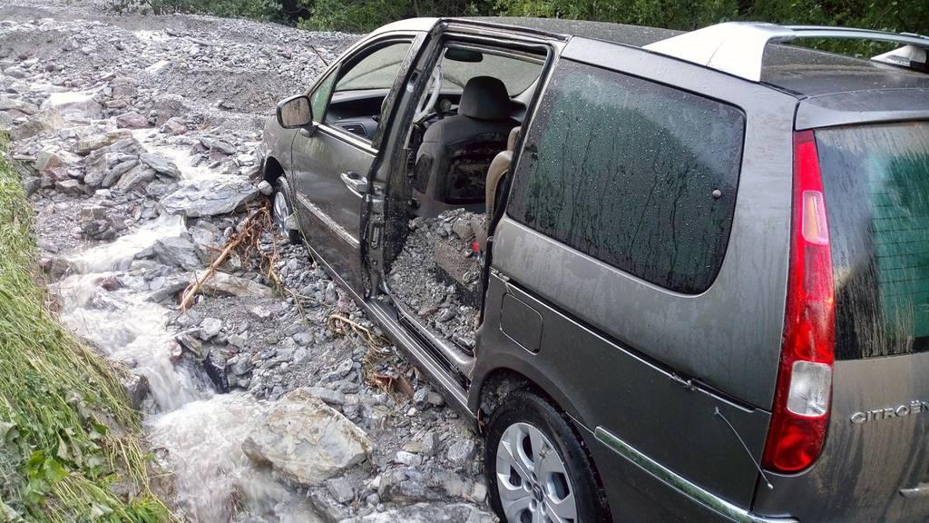 Unwetter in Jaun FR: Auto von sechsköpfiger Familie mitgerissen