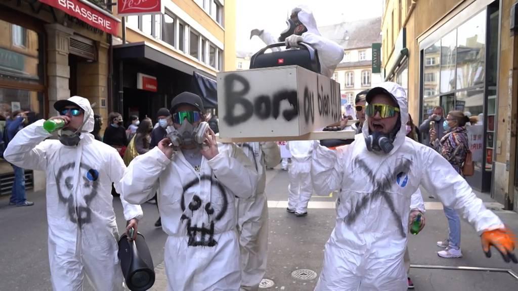 Hunderte Menschen an Corona-Demo in Neuenburg