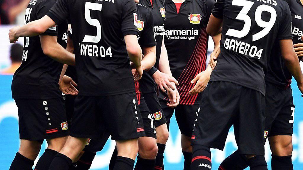 Die Spieler von Bayer Leverkusen jubeln nach dem dritten Tor gegen Eintracht Frankfurt