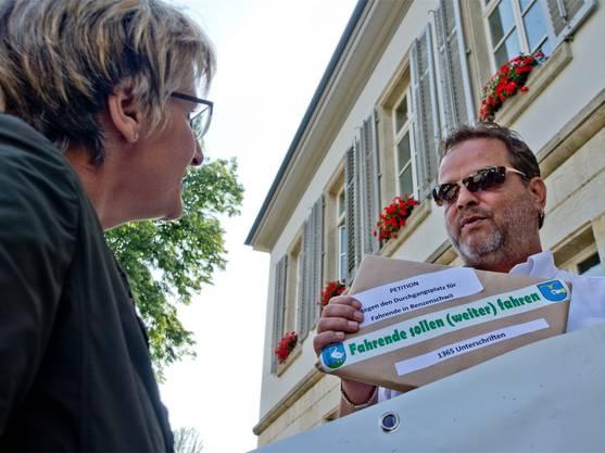 Fritz Beck, Präsident der SVP Merenschwand-Benzenschwil, überreicht Grossratspräsidentin Vreni Friker die Petition gegen den Durchgangsplatz für Fahrende im Freiamt.