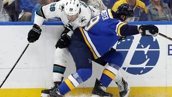 Kein Durchkommen für Timo Meier und die San Jose Sharks : Hier bleibt der Ostschweizer gegen Jay Bouwmeester hängen. Am Ende verloren die Sharks gegen die St. Louis Blues 1:2