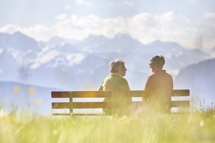 ZU DER EIDGENOESSISCHEN ABSTIMMUNG VOM 24. SEPTEMBER 2017 UEBER DIE REFORM DER ALTERSVORSORGE 2020 STELLEN WIR IHNEN FOLGENDES BILDMATERIAL ZUR VERFUEGUNG - [Symbolic Image, Staged Picture] Two women sit on a park bench and converse, on the Sonnenberg mountain, in Kriens, in the canton of Lucerne, Switzerland, on April 10, 2017. (KEYSTONE/Christof Schuerpf)
