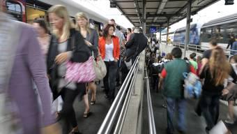 Pendler an einem Bahnhof (Archivbild)
