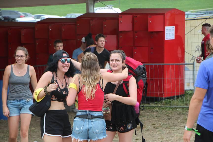 Für sie wurde reserviert: Ihre Freundinnen holen die junge Besucherin am Festival-Eingang ab. (Bild: FM1Today/Fabienne Engbers)