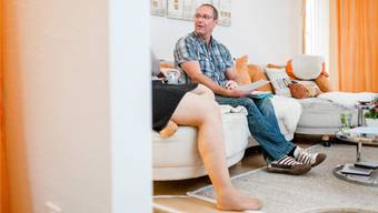 Jürg Zürcher bespricht mit seiner Klientin die Woche. Feine Narben auf ihrem Bein zeugen von der Borderline-Störung.