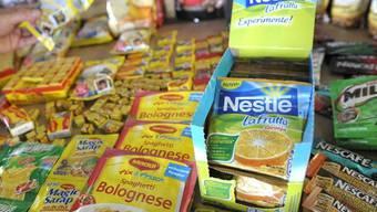 Verschiedene Produkte von Nestlé werden während einer Pressekonferenz in Vevey ausgelegt (Archiv)