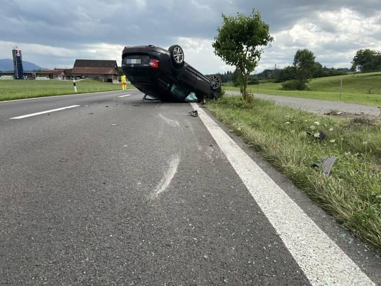Der Verunfallte befreite sich selbst aus dem Auto und blieb unverletzt.