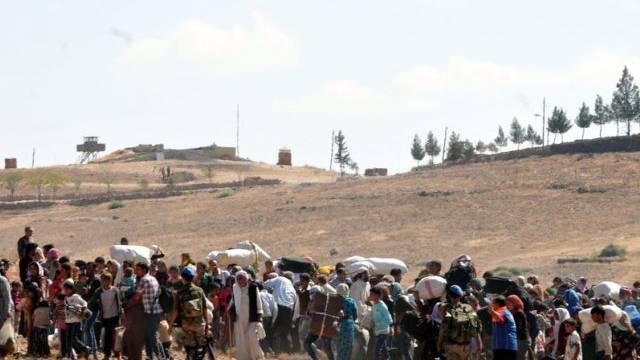 Syrische Flüchtlinge warten an der Grenze zur Türkei