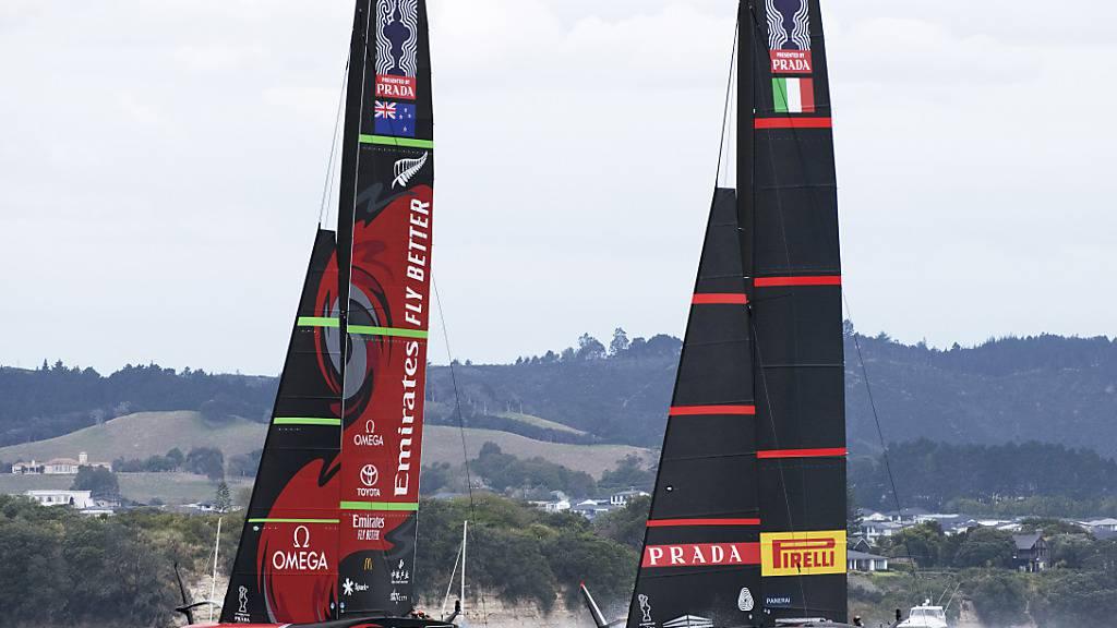 Titelverteidiger Team New Zealand (links) und der italienische Herausforderer Luna Rossa duellieren sich vor Auckland um den Gewinn des 36. America's Cup