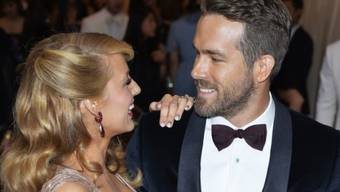 Blake Lively und Gatte Ryan Reynolds, der zu ihrer Erleichterung gern nachts Windeln wechselt (Archiv)