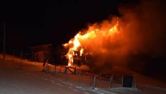 In der Nacht zum Samstag ist ein Wohnhaus mit einem Stall in Hundwil AR in Vollbrand geraten.