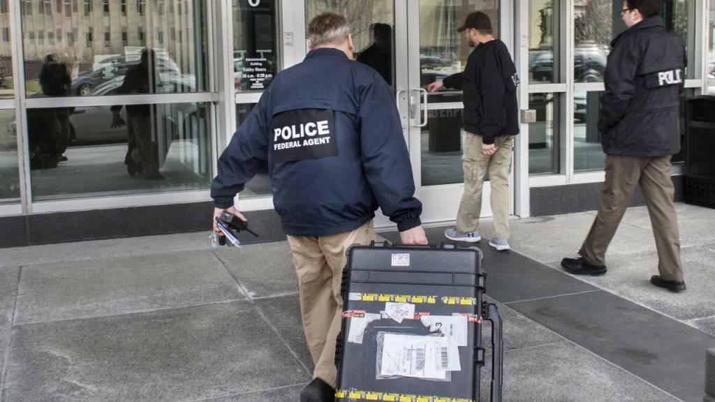 Bundesbeamte rückten in der vergangenen Woche beim Baumaschinenhersteller Caterpillar an, um Dokumente zu beschlagnahmen. (Archivbild)