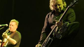 Der letzte Auftritt mit seiner früheren Band New Order liegt lange zurück: Als nächstes wird Bassist Peter Hook (rechts) seine ehemaligen Kumpels wohl vor Gericht wieder treffen (Archiv).