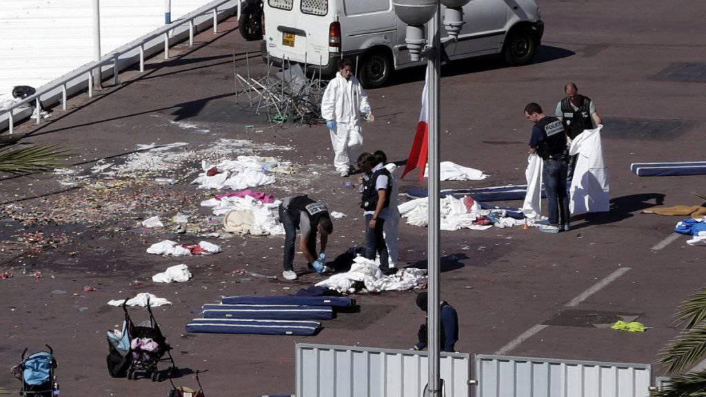 Der Tag nach dem Anschlag: Ermittler sichern Spuren, trockenes Blut klebt auf der Strasse, überall liegen Habseligkeiten.