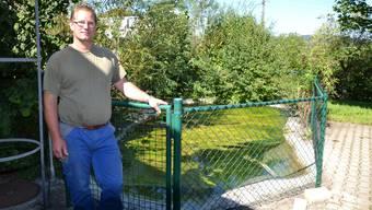 Roland Brogli zeigt den Teich, wo das Quellwasser nach dem Energieentzug gesammelt wird.  COB