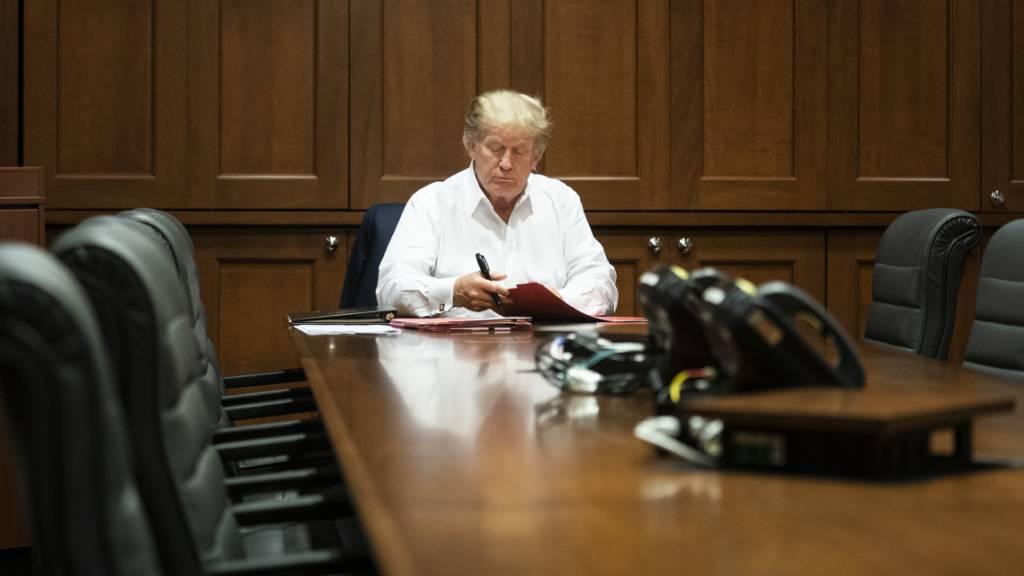 Neue Fotos zeigen Trump bei der Arbeit vom Krankenhaus aus