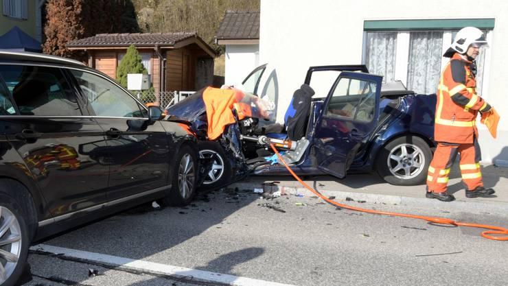 Der VW Passat (l.) geriet in Kirchleerau auf die Gegenfahrbahn und kollidierte mit dem korrekt entgegenkommenden blauen VW Golf.