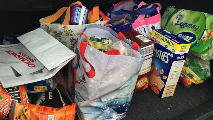 Im Kofferraum eines Zürcher Paares landen vor allem Produkte für die Kinder Cornflakes, Feuchttücher, Cracker, Shampoo
