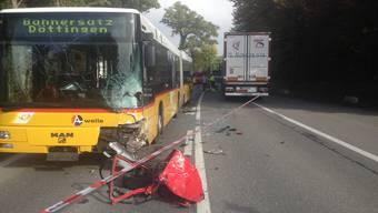 Der VW Polo wurde beim Unfall zwischen Bus und Sattelschlepper hin- und hergeschleudert.