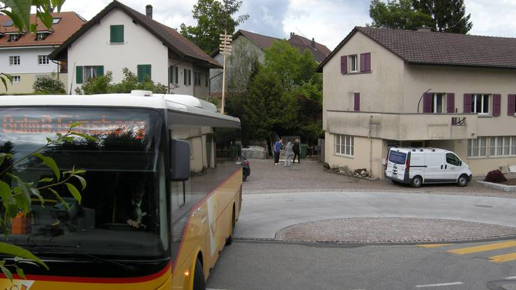 Die Postautos wenden auf dem neuen Dorfplatz.