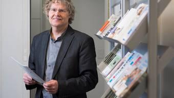 In seinem Büro hat Roland Guntern alle wichtigen Informationen für die Seniorinnen und Senioren griffbereit. Alex Spichale