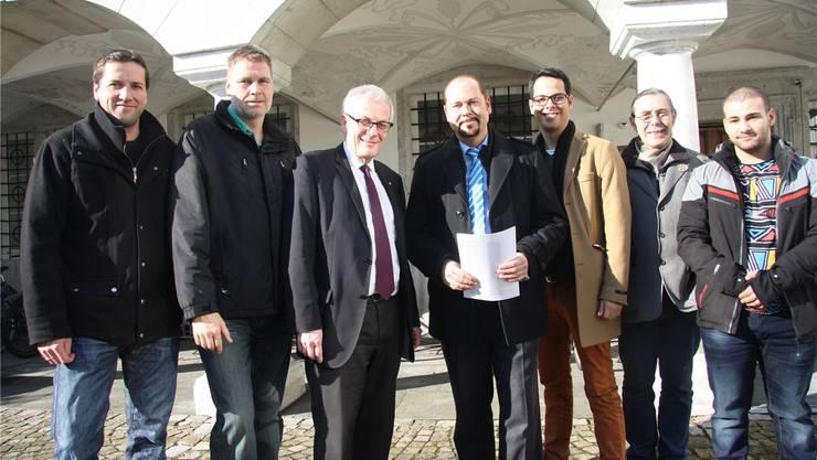 Stadtpräsident Kurt Fluri erhielt die Petitio durch Initiant Chris van den Broeke überreicht. Dieser wurde begleitet von den Unterstützern (v. l.) Martin Flury, Roland Hartmann, Luca Strebel, Franz-Michael Baumgartner und Benjamil Bekni.